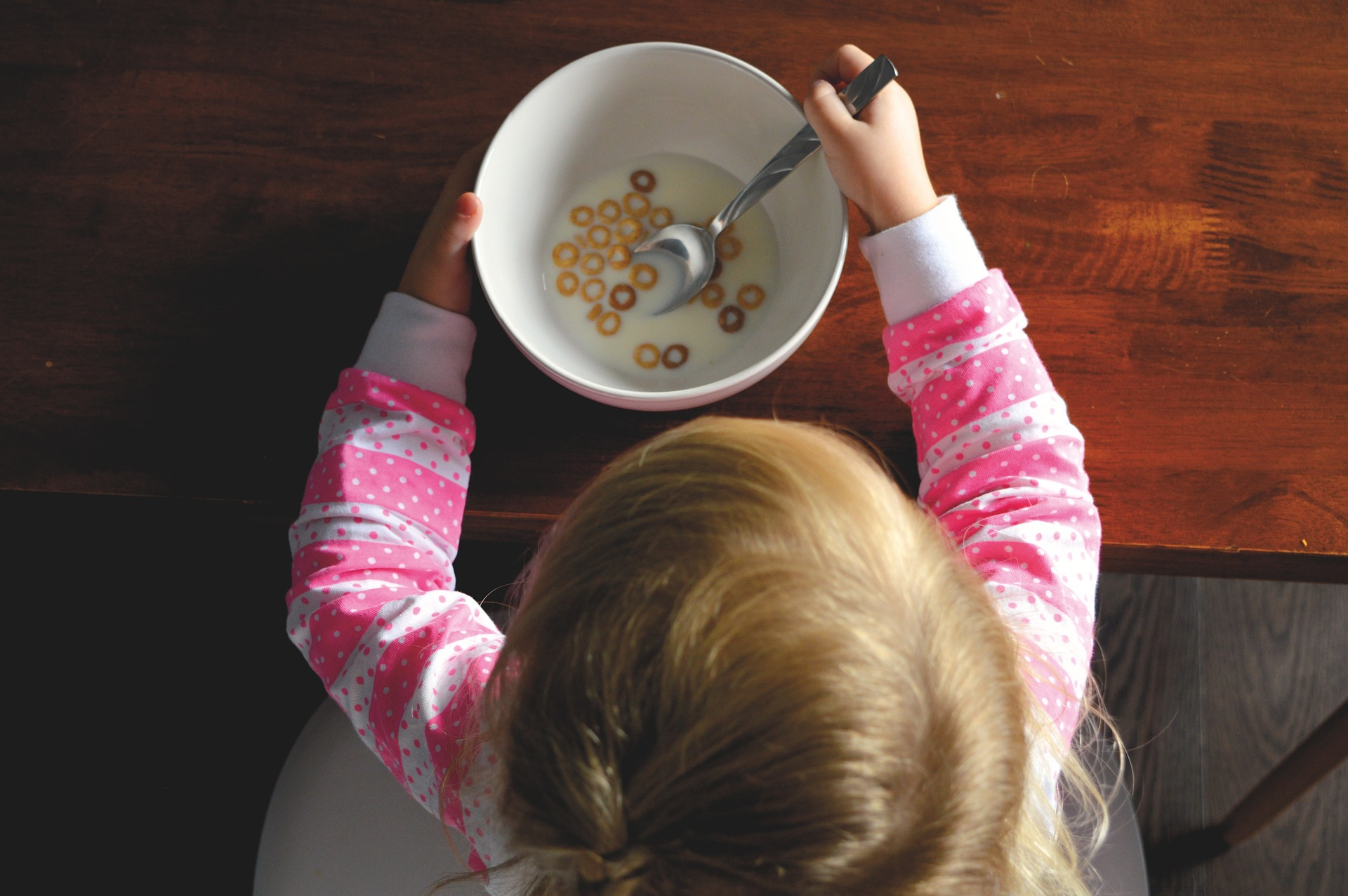 bambina colazione